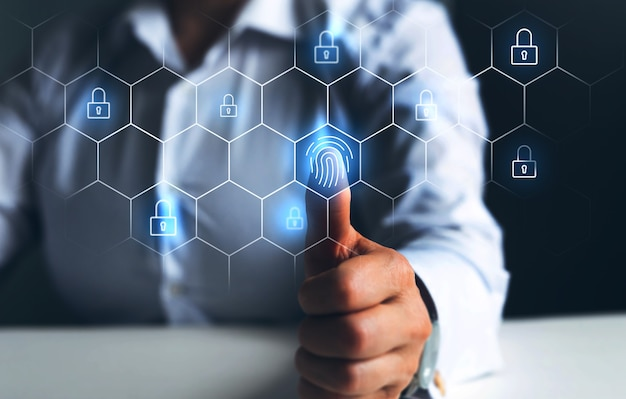 L'homme d'affaires utilisant la numérisation d'empreintes digitales assure la sécurité d'accès avec l'identification biométrique mo