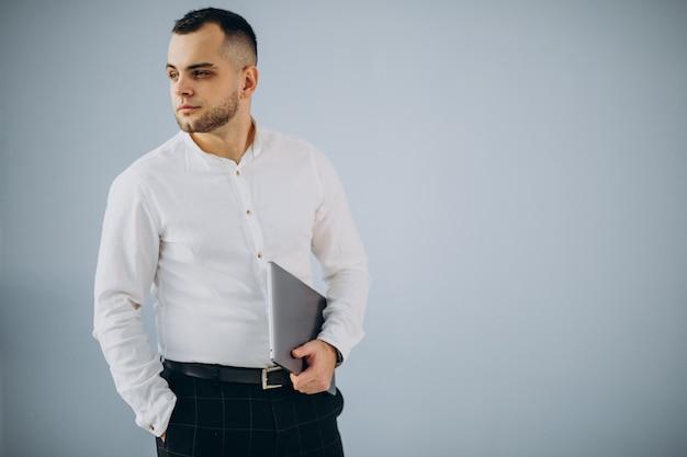 Homme d'affaires utilisant un ordinateur portable au bureau