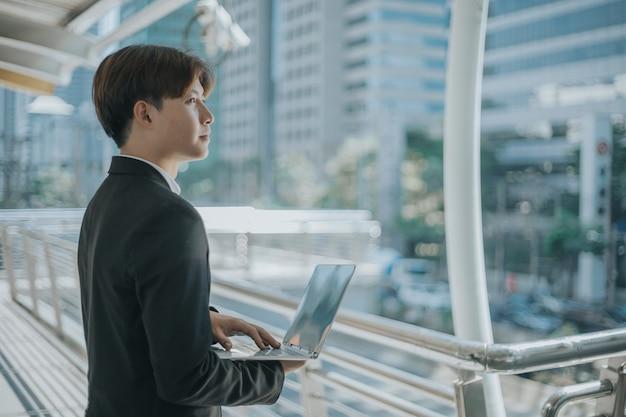 Homme d & # 39; affaires utilisant un ordinateur portable en plein air
