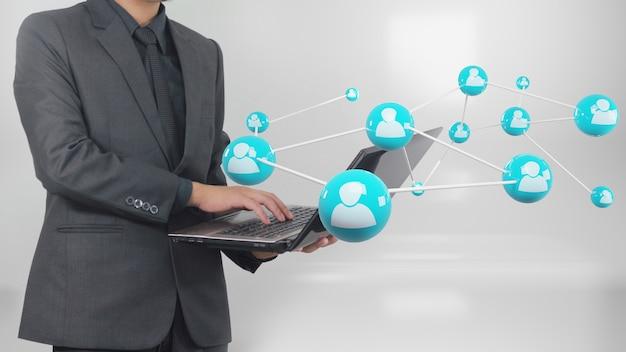 Homme d'affaires utilisant un ordinateur portable se connectant à internet, concept de réseau social.