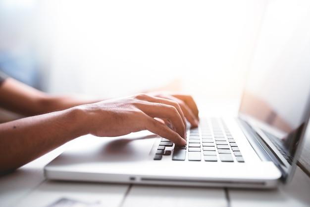 Homme d'affaires utilisant un ordinateur portable.