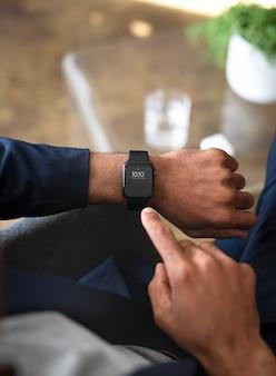 Homme d'affaires utilisant sa smartwatch au bureau