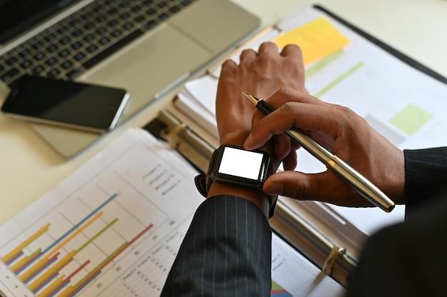 Homme d'affaires utilisant une smartwatch