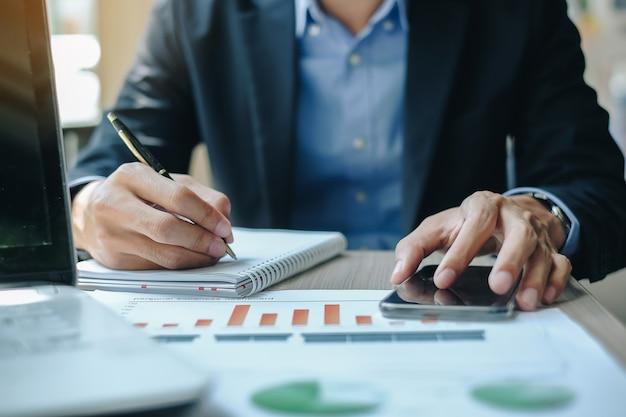 Homme d'affaires utilisant smatphone pour analyse marketing plan