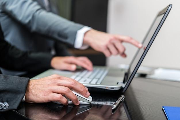 Homme d'affaires utilisant son ordinateur portable