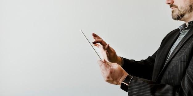 Homme d'affaires utilisant une tablette numérique