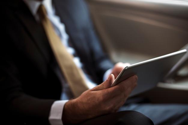 Homme d'affaires en utilisant une tablette numérique