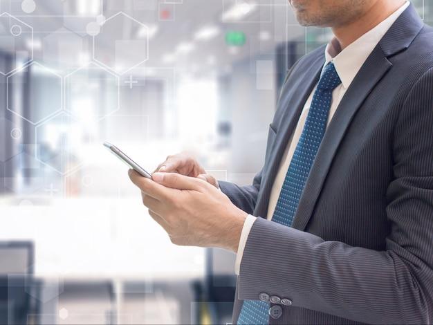 Homme d'affaires en utilisant un téléphone intelligent sur une connexion de technologie futuriste
