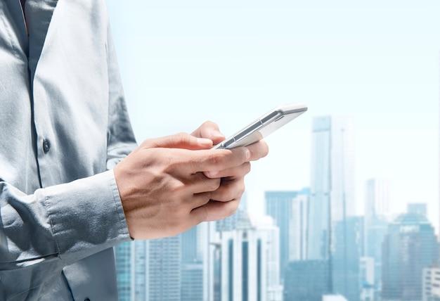 Homme d'affaires utilisant un téléphone portable pour la messagerie