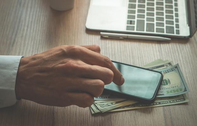 Homme affaires, utilisation, doigt, utilisation, téléphone portable, sur, bureau