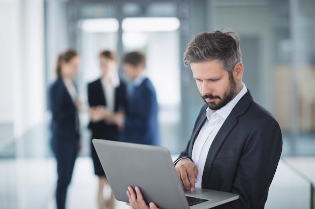 Homme affaires, utilisation, ordinateur portable