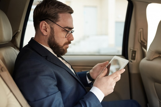 Homme affaires, utilisation, tablette pc, dans voiture