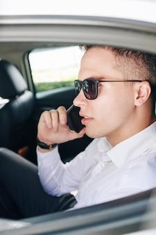 Homme affaires, utilisation, téléphone, dans voiture