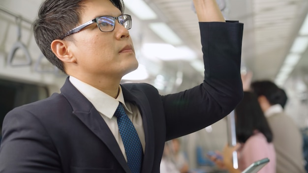 Homme affaires, utilisation, téléphone portable, dans, train public