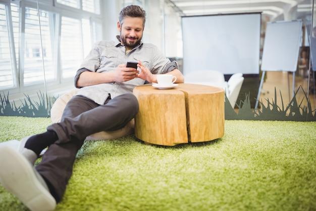Homme affaires, utilisation, téléphone portable, quoique, séance, dans, bureau