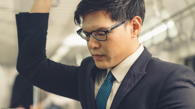 Homme affaires, utilisation, téléphone portable, sur, train public