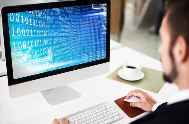 L'homme d'affaires utilise l'ordinateur au bureau