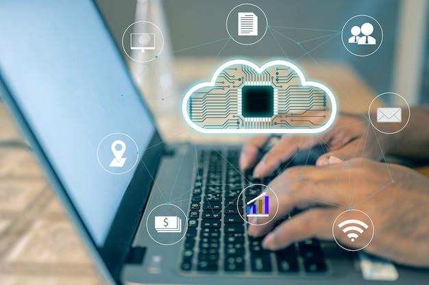 L'homme d'affaires utilise un ordinateur portable avec un concept d'icône de technologie cloud qui représente l'utilisation de la technologie cloud.