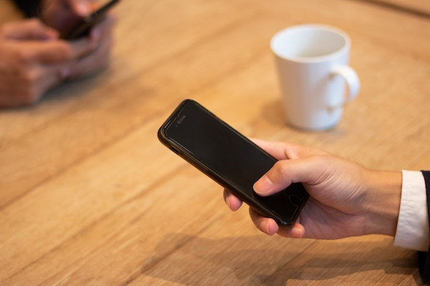 Homme d'affaires utiliser un téléphone mobile
