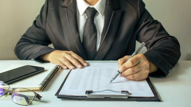 Homme d'affaires vérifiant le concept de travail et de finance de données comptables
