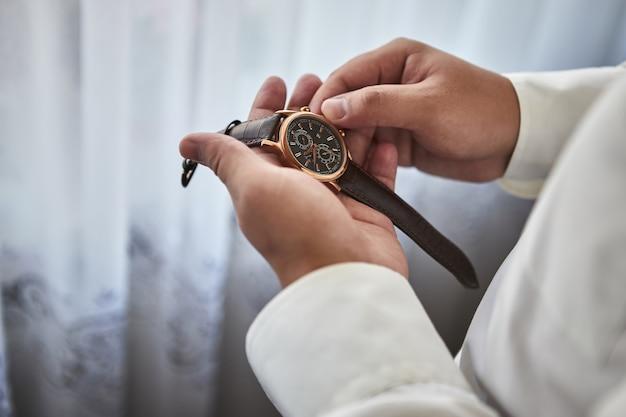 Homme d'affaires vérifiant l'heure sur sa montre-bracelet