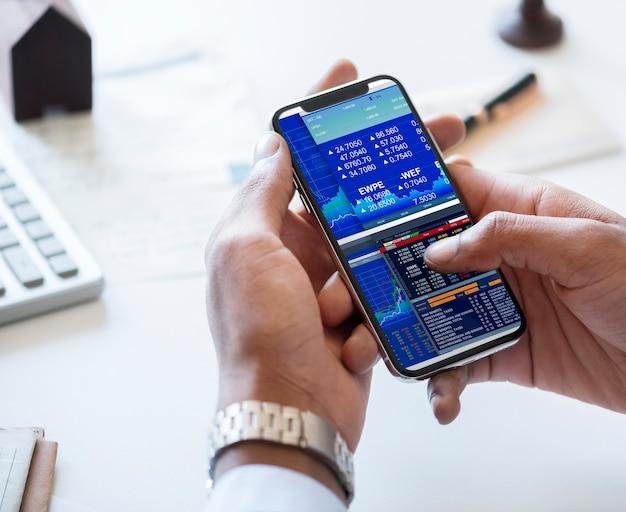 Homme affaires, vérification, bourse, en ligne