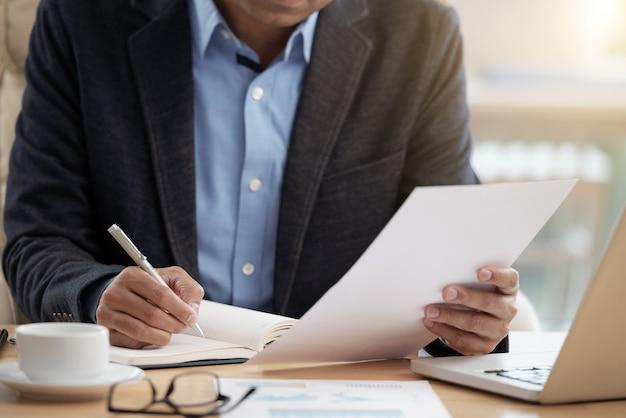 Homme affaires, vérification, document