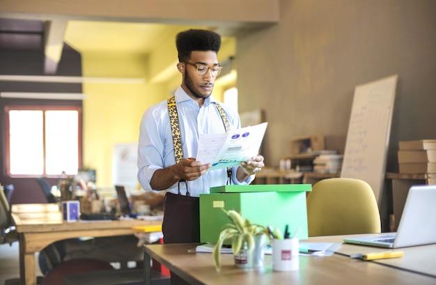 Homme affaires, vérification, documents, boîte