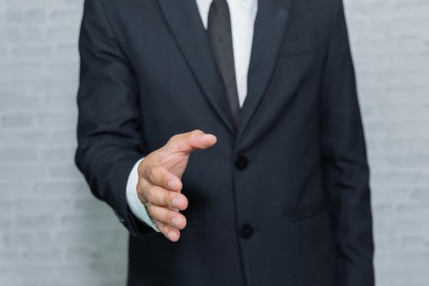 Homme d'affaires, vérification, main, sur, gris, fond