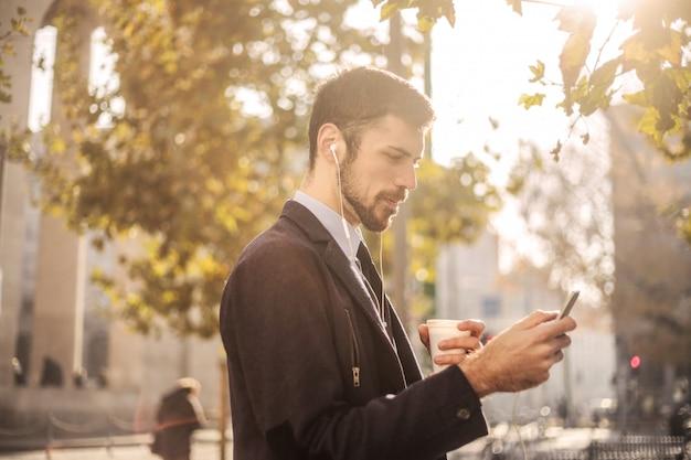 Homme d'affaires, vérification, téléphone