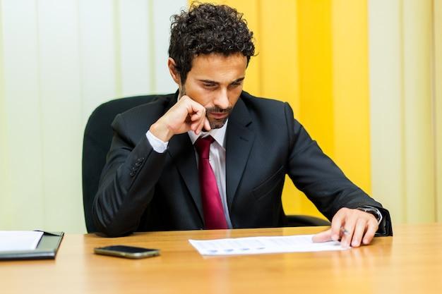Homme d'affaires vérifie le prix final dans le contrat