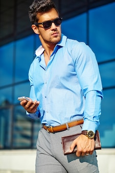 Homme d'affaires en vêtements formels et lunettes de soleil
