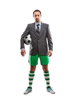 Homme d'affaires en vêtements de sport avec un ballon isolé sur blanc