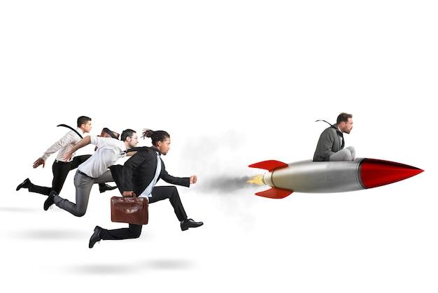Homme d'affaires voler avec une fusée lors d'une course avec des adversaires. rendu 3d