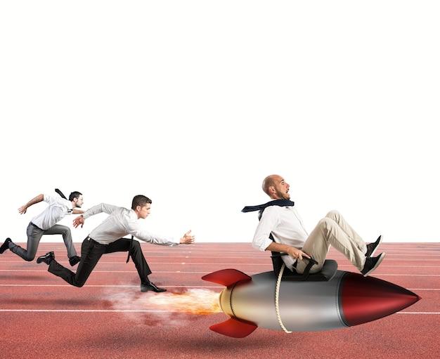 Homme d'affaires voler avec une fusée lors d'une course avec des adversaires