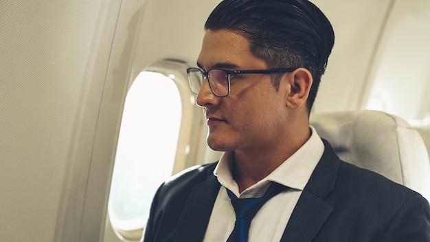 Homme d'affaires voyage en voyage d'affaires en avion