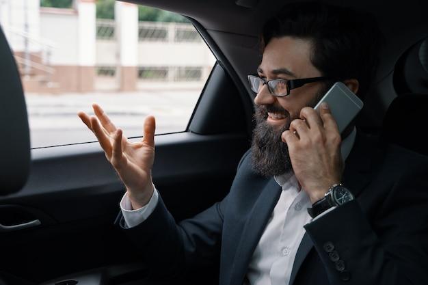 Homme affaires, voyager, voiture, dos, siège, utilisation, smartphone