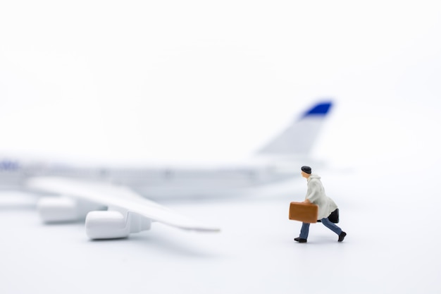 Homme d'affaires voyageur miniature avec bagages