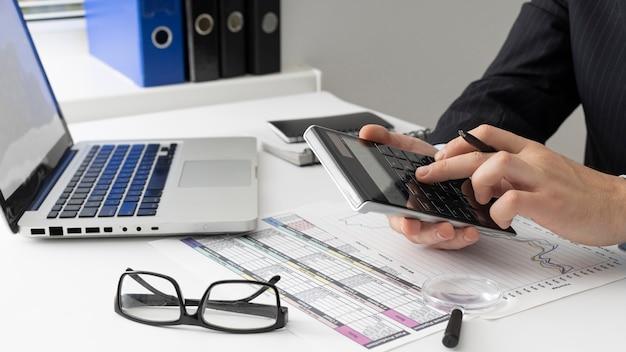 Homme d'affaires vue de côté calcul des nombres de finances