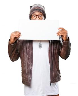 Homme avec une affiche blanche