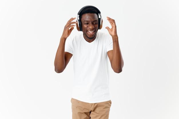 Homme africain apparence amusant casque technologie style de vie fond clair