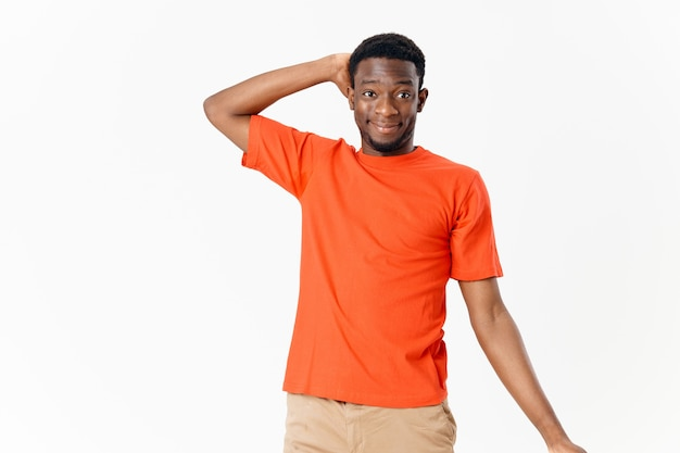 Homme africain apparence sourire main derrière la tête