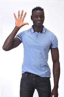Homme africain avec un doigt en forme de numéro cinq