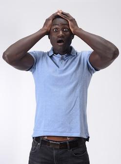 Homme africain avec une expression d'oubli ou de surprise sur fond blanc