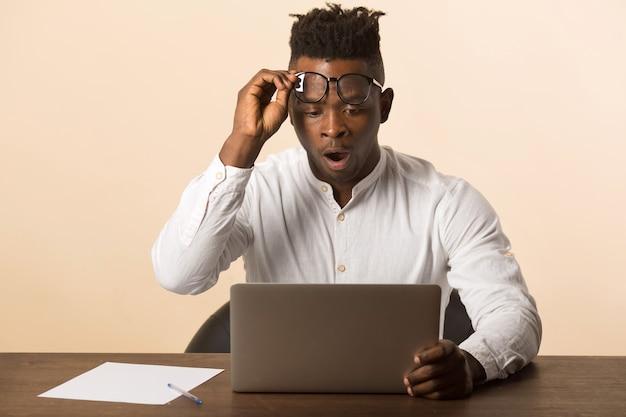 Homme africain, à, lunettes, utilisation ordinateur portable