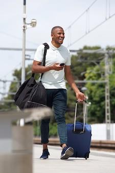 Homme africain, marche, sur, gare, à, valise