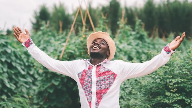 Homme africain natif souriant avec heureux