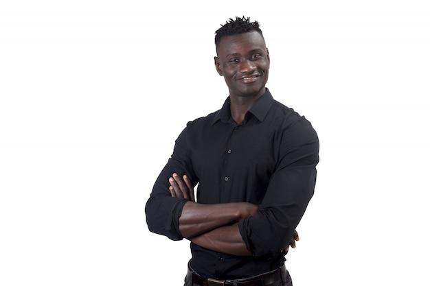 Homme africain souriant aux bras croisés