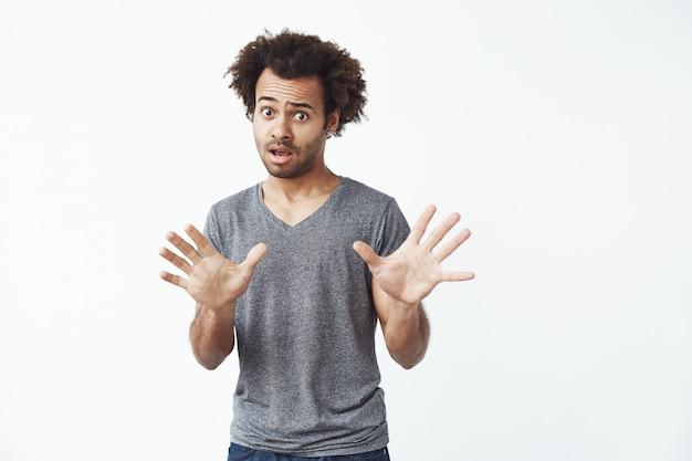 Homme africain surpris refusant.