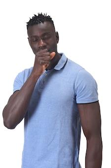 Homme africain avec toux sur fond blanc